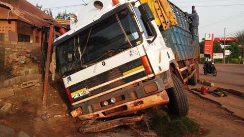 Sécurité routière à Koudougou: Un camion termine sa course dans un caniveau