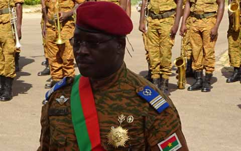 Le premier ministre Isaac Yacouba Zida, jusqu'ici lieutenant-colonel dans l'armée burkinabè, a été nommé ce vendredi soir au grade de général de division à titre exceptionnel par le président Michel Kafando.