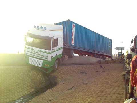 Accident sur l'échangeur de Ouaga 2000: Un transporteur frôle le pire