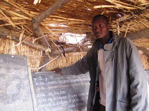Daouda Guinko: Des Hauts-Bassins au Sahel, portrait d'un jeune enseignant sous paillotes