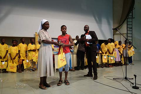 Lecture pour tous: Des élèves du primaire sont récompensés pour leur pratique de la lecture