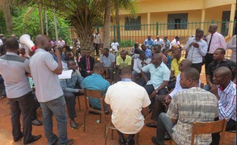 Sit in des travailleurs des impôts de Bobo: Les militants se sont rassemblés au gouvernorat
