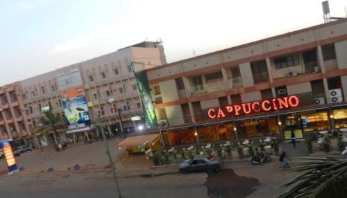 Des employés du restaurant Cappuccino demandent à l'Etat d'aider le gérant qui est  «confronté à des entraves étatiques»