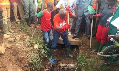 Curage des caniveaux à Ouaga: Le maire Armand Beouindé donne l'exemple