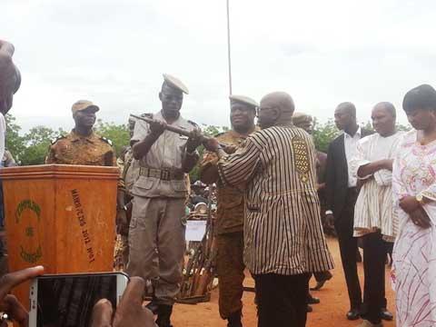 Sécurité: Simon Compaoré reçoit 130 armes et 11 motos des mains de Koglweogo