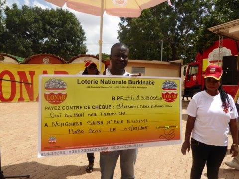 Bobo-Dioulasso: La LONAB a remis 42 millions au jeune lauréat de 31 ans