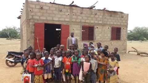 Ecole primaire de Labretenga: Un don de un million et démi de francs CFA pour normaliser la salle de classe de fortune