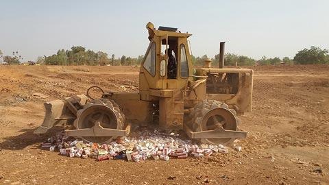 Lutte contre la fraude: 103 000 paquets de cigarettes écrasés à Ouagadougou