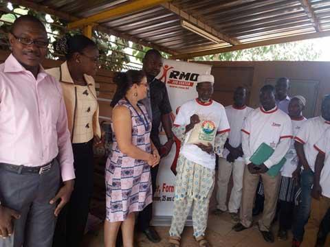 Fêtes de fin d'année: RMO Job Center a fait un don de vivres à son  personnel journalier