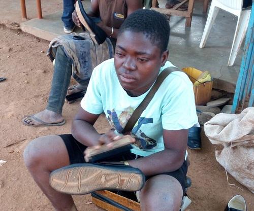 Portrait  d'une battante: Noura Ouango, de l'école coranique  au métier de cireur