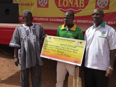 Loterie Nationale Burkinabè: Deux heureux gagnants reçoivent leurs gains à Nouna