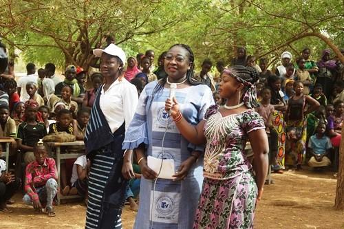 Avantages et inconvénients des TIC: Des élèves de Nongre-massom à l'école de la CIL