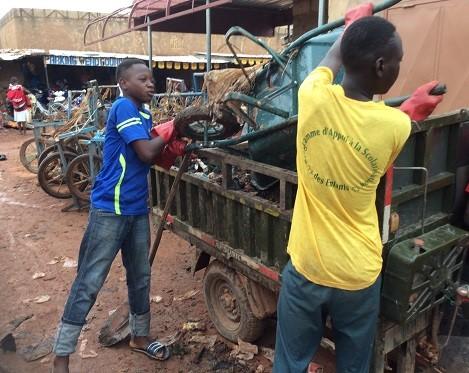 Toécin  Yaar: Des jeunes s'investissent dans la propreté du marché