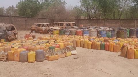 Trafic d'hydrocarbures: Trois stations d'essence sous scellées, 104 fûts de 200 litres saisis