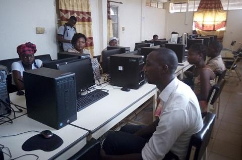 CERPAMAD: Des élèves à l'école de l'outil informatique