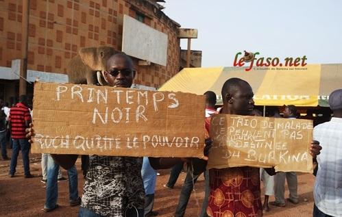 Meeting du CFOP: A l'extérieur de la Maison du peuple, les militants restent mobilisés