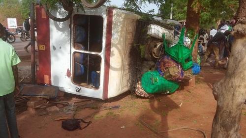 Accident de la circulation à Bobo: Un mini bus termine sa course dans un caniveau et fait plusieurs blessés