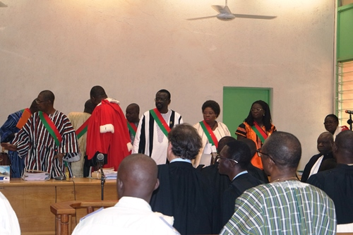 Composition de la haute cour de justice irr guli re for Haute justice