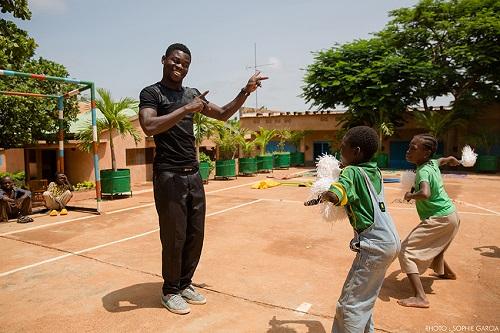 Bobo-Dioulasso: Des enfants handicapés auditifs dansent au son de la musique