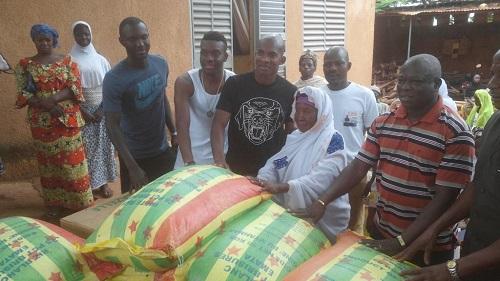 Bobo-Dioulasso: Le footballeur Charles Kaboré a fait don de vivres à des personnes vulnérables