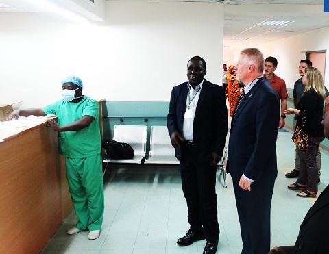 Santé: L'ambassadeur des Etats Unis a visité l'hôpital Blaise Compaoré