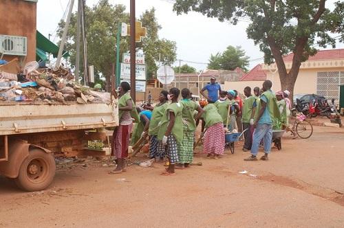 SEMAINE DE SALUBRITE NEERE DE DEDOUGOU: une trentaine de dépotoirs éliminés et environ 1 200 tonnes de déchets transférés vers les décharges!