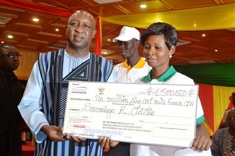 Programme d'autonomisation des jeunes et des femmes: Les premiers bénéficiaires reçoivent leurs chèques