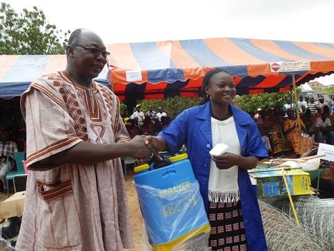 Insertion professionnelle au Burkina: 226 jeunes dotés de kits d'installation dans la région du Centre