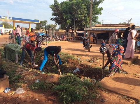 Commune de Sig-Nonghin: La population cure les caniveaux du secteur 15
