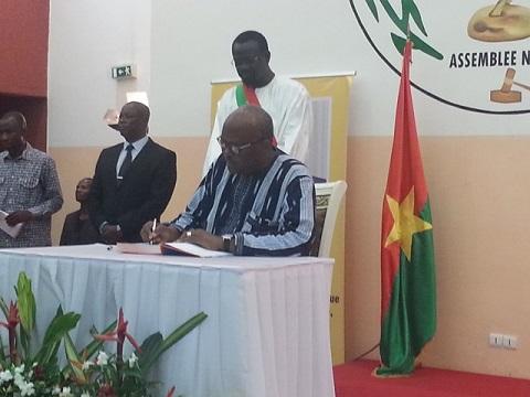 Disparition de Salifou Diallo: Le Président du Faso ouvre le livre de condoléances à l'Assemblée nationale