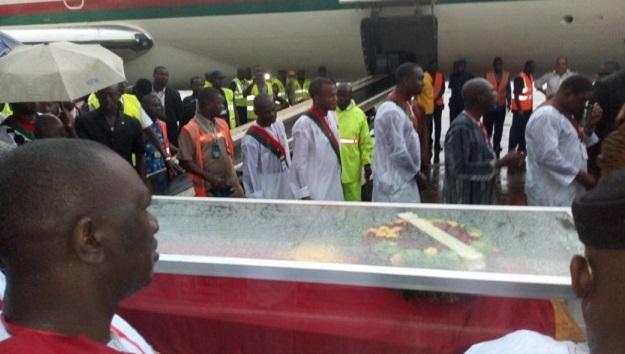 Burkina: La dépouille de Salifou Diallo accueillie par une foule immense à l'aéroport de Ouagadougou