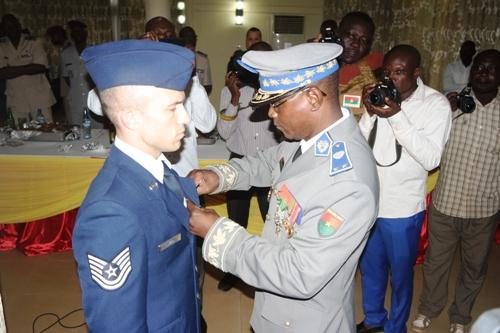 Coopération militaire USA-Burkina Faso: Le Sergent-chef John P. Lukich en fin de mission fait chevalier