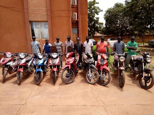 Bobo-Dioulasso: Trois réseaux de malfaiteurs spécialisés dans les vols d'engins et du bétail présentés aux hommes de médias