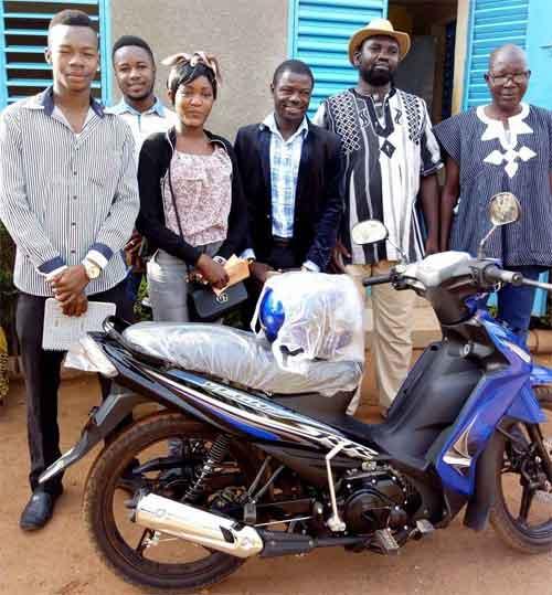 Pour la promotion de l'Anglais au Faso, la Fondation Tarpaga offre une moto à Fanny Gloria Yaméogo du lycée Newton Descartes