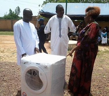 Boussé: Le député Koama Raphaël blanchit les blouses des agents de santé