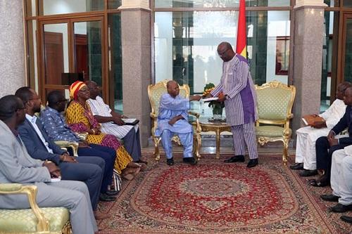 Burkina Faso: Le rapport sur l'avant-projet de Constitution remis au Président Roch Kaboré