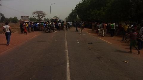 Mouvement d'humeur des élèves à Tita: La route nationale n°1 bloquée