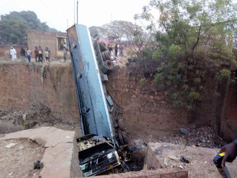 Bobo-Dioulasso: Un camion citerne finit sa course dans le marigot Houet
