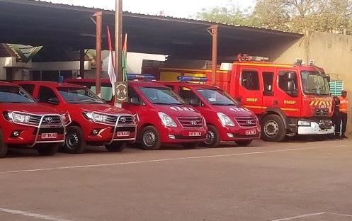 Brigade nationale des sapeurs-pompiers: Le Prince Albert II de Monaco, en visite, offre du matériel