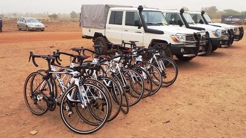 Cyclisme: Le Ministre des Sports offre des vélos à la Fédération