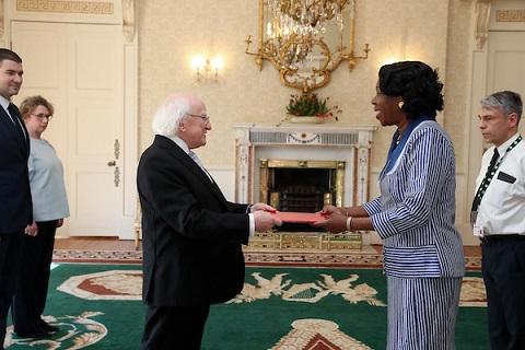 Relations diplomatiques entre le Burkina Faso et l'Irlande: Jacqueline Marie Zaba/Nikiéma présente ses lettres de créance au président Michael Daniel Higgins