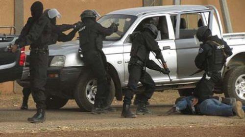 Alerte: «Si vous croisez des individus transportant un blessé apparemment touché par balle, informez les FDS» (Police)