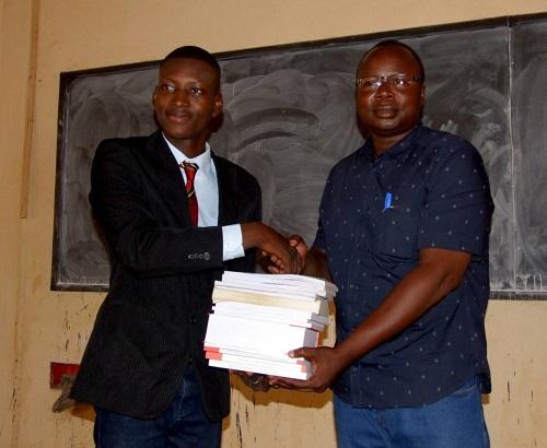 Université Nazi-Boni: l'étudiant Jonathan Ouédraogo collecte des documents au profit de ses camarades
