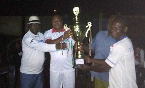 Coupe du président du Conseil régional de la Boucle du Mouhoun: l'équipe de Toma présente son trophée au maire de la commune