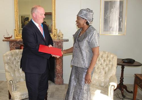 Burkina - Royaume Uni: Jacqueline Zaba remet les copies figurées de ses lettres de créance
