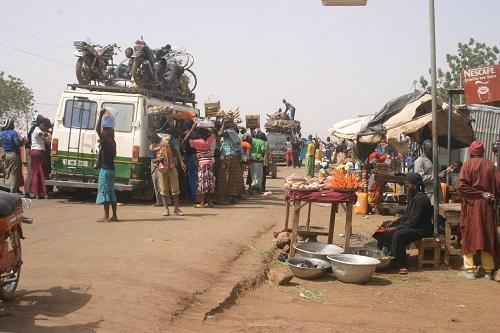 Commerce aux abords des routes: risquer sa vie dans la recherche de la pitance quotidienne