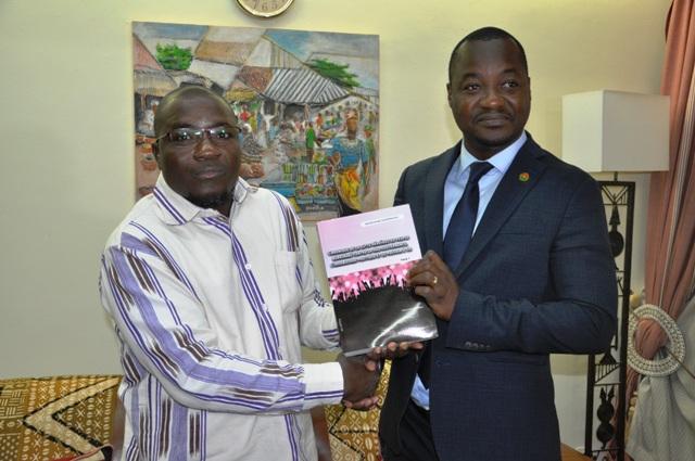Littérature: Wendinminté Ouédraogo présente son nouveau livre au ministre Harouna Kaboré