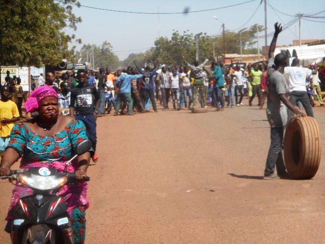 Crise de Gouvernance: Kadidjia Traoré, le maire de Gourcy  suspendu, des populations protestent dans la rue
