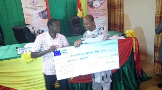 PADEL-B: Des promoteurs de micro-projets reçoivent du matériel et des chèques