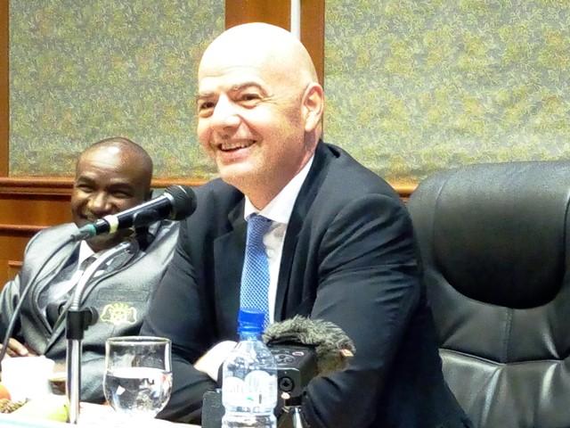 Football: Le président de la FIFA inaugure une installation solaire sur le terrain de l'EFO
